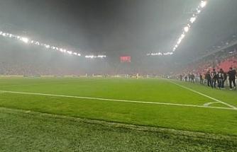 İzmir'de 5 katlı binada çıkan çatı yangını, Süper Lig'de oynanan maçı da etkiledi